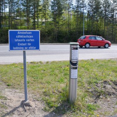 skylt som visar att här finns laddningsstation för elbil