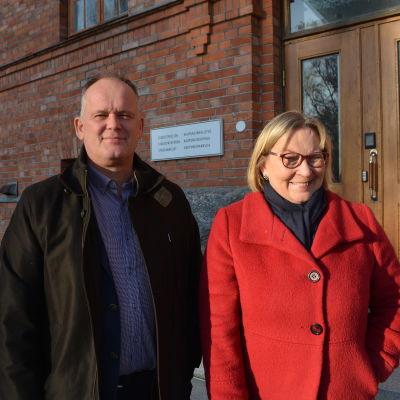 Stadsstyrelsens ordförande Owe Sjölund (SFP) och stadsdirektör Kristina Stenman.