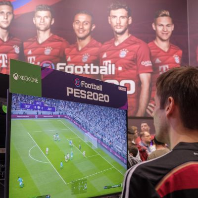 Man spelar PES-spel på Xbox.