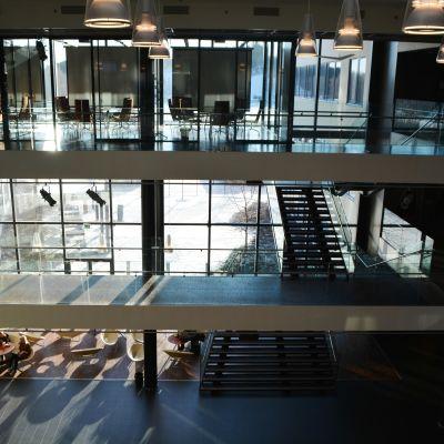 En stor aula i flera våningar.
