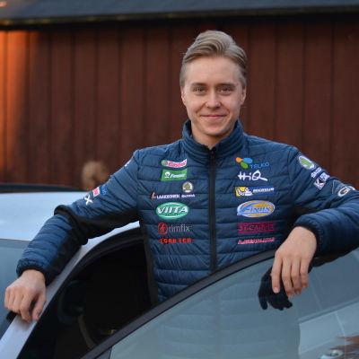 Emil Lindholm står vid sin bil.