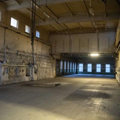 En gammal, tom fabrikshall.