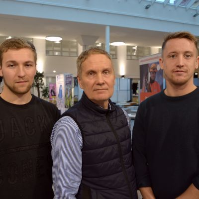 Byggstuderande Dennis Nyman och Matheus Södergård tillsammans med lärare Leif Östman.