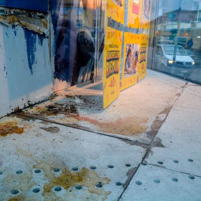 Fuktfläckar och smuts samt trasiga ytor i skyltfönster.
