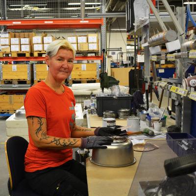 Glad arbetstagare i företaget Loval i Lovisa.