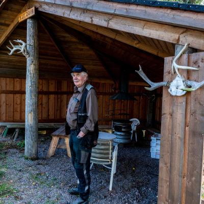 Henrik Lindström vid jaktkåtan.