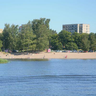 En badstrand på långt håll en sommardag.
