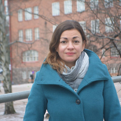 Amanda Löfman med Zacharias Topeliusskolan i bakgrunden.
