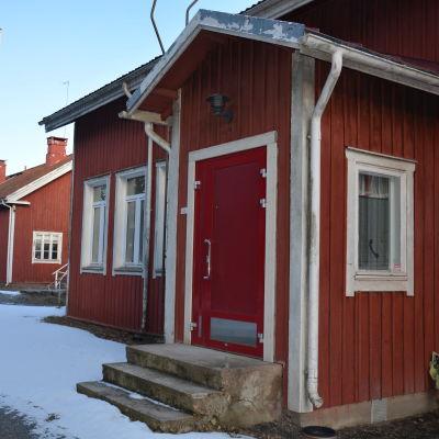 Gamla röda hus som har fungerat som skola.