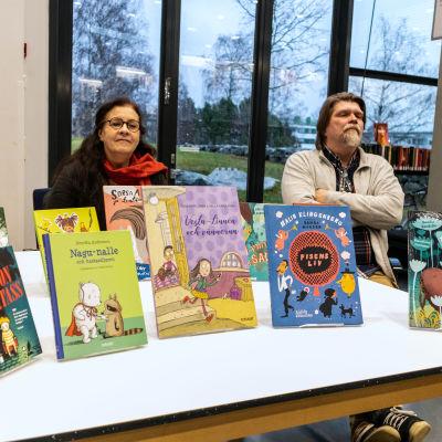 Milka Harjunen, Keth Strömdahl, Mika Fagerudd med finalböckerna.