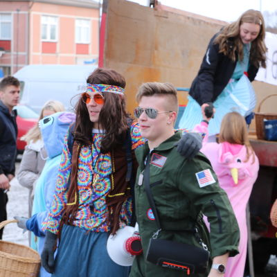 Abiturienter firar penkis i Kristinestad. I förgrunden en hippie och en pilot i det amerikanska flygvapnet.