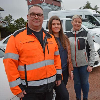 Anttilan perhe Vehmaalla autojensa edessä.