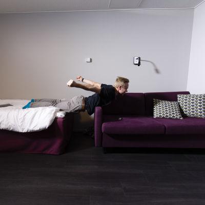Joonas Rinne venyy sohvalla KK