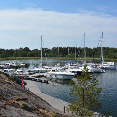 Motorbåtar och segelbåtar vid klipporna i Örö gästhamn.