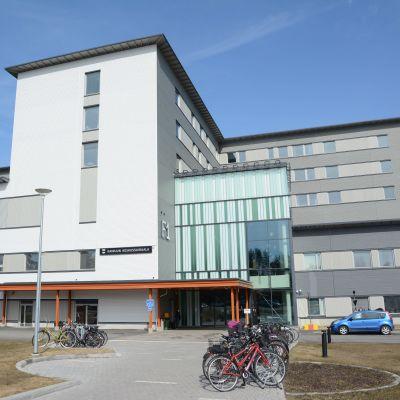 Kainuun uuden keskussairaalan pääsisäänkäynti kuvattuna keväällä.