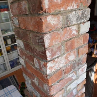 En murad skorsten av begagnat tegel.