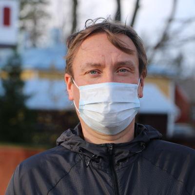 En man med munskydd.