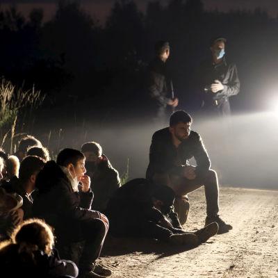 Ryhmä laittomia siirtolaisia pidätettynä Vorzovassa, Latviassa, 11. elokuuta.