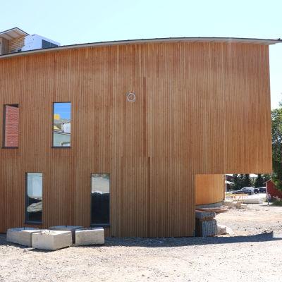 Fasaden på den nya delen av Mosebacke skola och det så kallade svävande rummet.