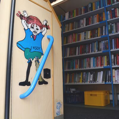 Pippi lågstrump på väggen i Bokbussen.
