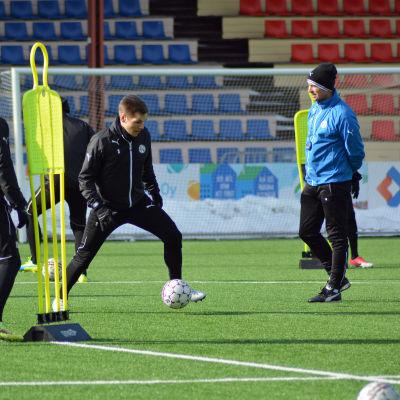 Sebastian Strandvall gör en löpning inför ögonen på Petri Vuorinen.
