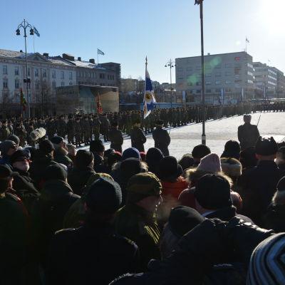 Militär och publik samlade i massor vid Vasa torg.