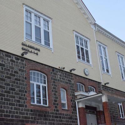 Dalsbruks skola, en gul byggnad med slaggstensfot.