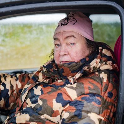Rilla Porojärvi istuu autossaan.