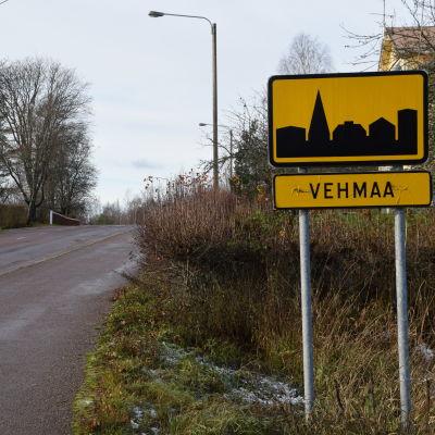 Vehmaan taajamaa näyttävä liikennemerkki on tien laidassa.