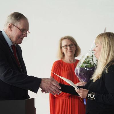 Paavo Lipponen ja Kirsi Kaulanen kättelee.