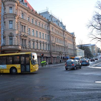 En buss svänger i en korsning i Åbo centrum.