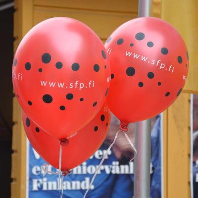 SFP:s röda ballonger på valgatan.