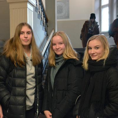 Elever i katedralskolan i Åbo står vid ingången till skolan.