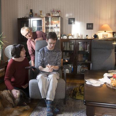 Familjen Karlsson i närbild, hunden Lilly, Inger, Sixten och Stefan Karlsson.