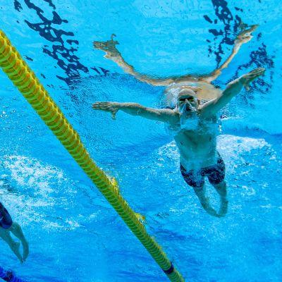 Matti Mattsson altaan pohjasta kuvattuna Tokion olympialaisissa