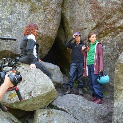 nicke och hannamari står framför luolavuorigrottan med en kameraman och en kvinna