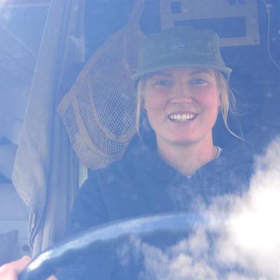 Nainen katsoo auton tuulilasin läpi