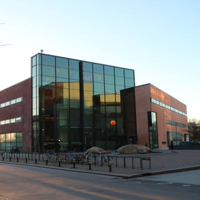 Prakticum-byggnaden i Arabiastranden i Helsingfors.