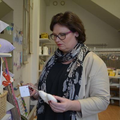 Samkommunsdirektör Sofia Ulfstedt på Butikken i Åbo.