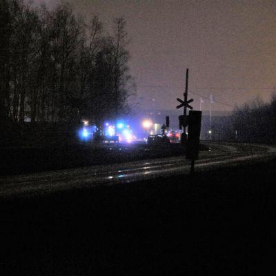 Blåljus från brandbilar blinkar i mörkret.