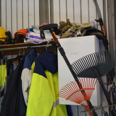 krattor och arbetskläder på verkstad för arbetslösa