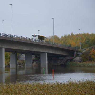 Bro över Långvattnet till Hirvensalo och Åbo centrum.