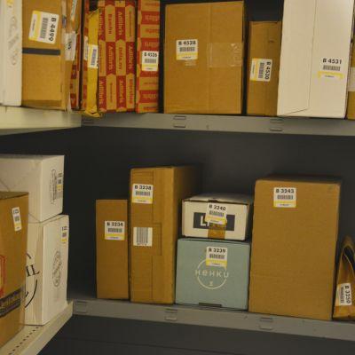 Paket och post i hyllorna vid butiken i Sundom