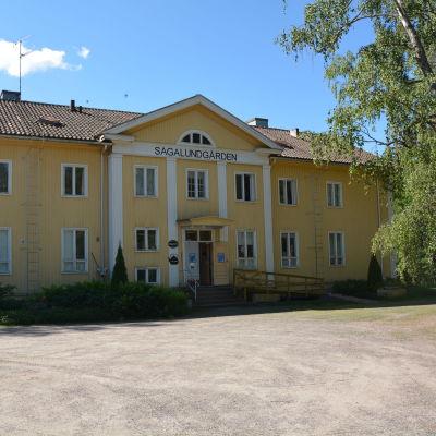 En bild på framsidan av den gula Sagalundgården.