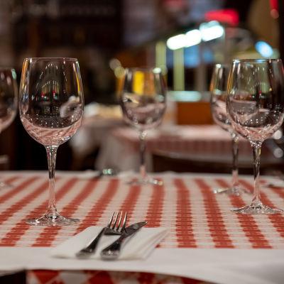 La Famiglia ravintolan ravintolapöytä Flamingossa.