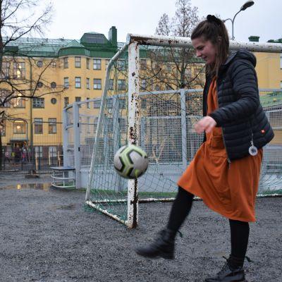 Saana Ylikruuvi pomputtelemassa palloa Porin Cygnaeuksen alakoulun pihalla.