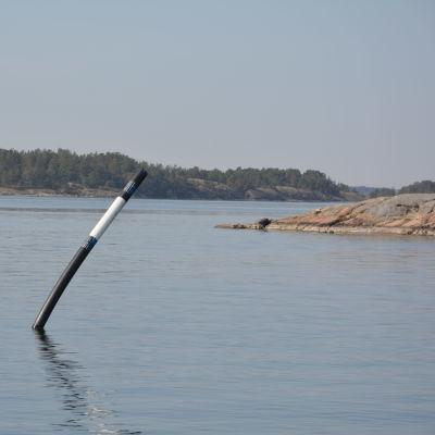 Ett svart och vitt sjömärke i Skärgårdshavet.