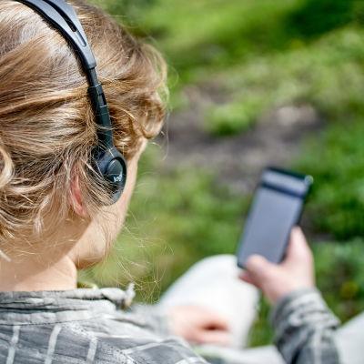 Äänikirjan kuuntelija