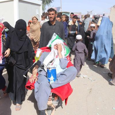 Afghaner fortsätter att köa till gränsövergångarna mot Pakistan. Den här bilden togs i Spin Boldag för ett par dagar sedan.