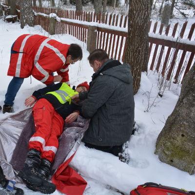 Röda Korsets frivilliga ger förstahjälp i samband med övning.